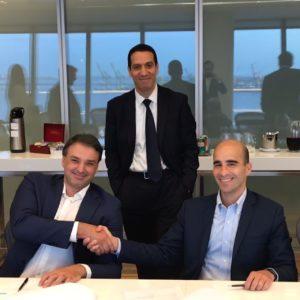 O CEO da PetroRio, Nelson Tanure (à direita), na assinatura da compra da participação no campo de Frade