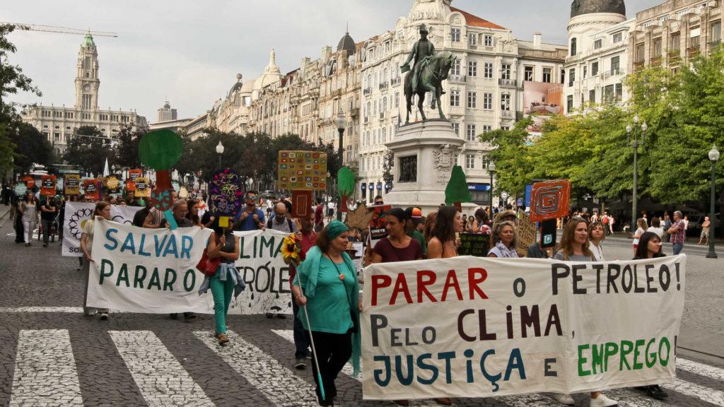 Porto, 08/09/2018 - Marcha Mundial Pelo Clima, e protesto contra o furo de petróleo ao largo de Aljezur, na Praça da Liberdade no Porto. ( José Carmo / Global Imagens )