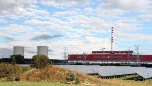 Painéis solares próximos à Usina Nuclear de Mochovce, na Eslováquia, em 2014. Por meio de operação flexível, as usinas nucleares podem aumentar a eficiência das energias renováveis