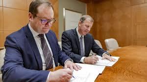 Jens-Peter Saul CEO da Rambol(esquerda) e Jim Fox, CEO da OBG;