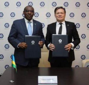 O diretor-geral da Rosatom, Alexey Likhachov, e o ministro ruandês de infraestrutura, Claver Gatete.