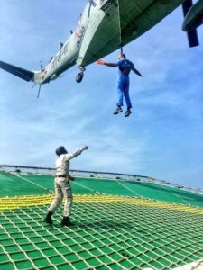 Equipes de resgate desembarcando na Olinda Star