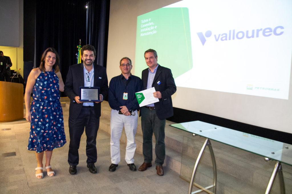 Os gerentes comerciais da Vallourec, Patrícia Charbel e Francisco Vianna, o gerente executivo interino de Poços Marítimos da Petrobrás, Humberto Maia, e o superintendente de Tubos Petrolíferos da Vallourec,  Renato Renno