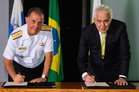 O comandante da Marinha do Brasil, Ilques Barbosa Junior, e o presidente da Petrobras, Roberto Castello Branco