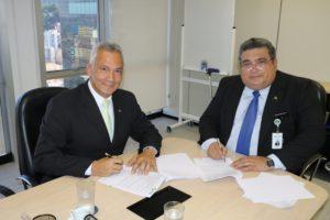 Presidente da Amazul, Antonio Guerreiro, e da INB, Carlos Freire, assinam contrato