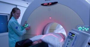Exames feitos com o uso de radiofármacos ajudam a diagnosticar o câncer ainda em fase inicial, aumentando as chances de cura