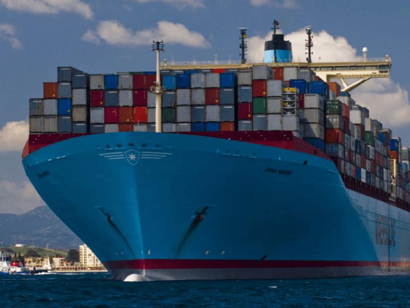 navio-maersk-carregado-de-conteineres-navegando-no-mar-previsão-calado-dinamico