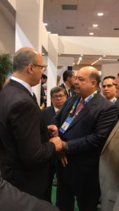 O Governador Witzel conversando com o empresário Paulo Fernandes, Presidente da Liderroll, no estande da Rússia