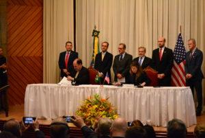 Celso Cunha, Presidente da ABDAN, assina o documento