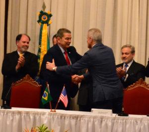 Presidente da Eletronuclear cumprimenta o representante da Westinghouse