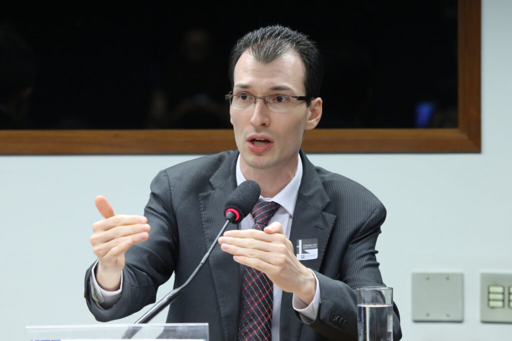 Presidente-Executivo-da-ABSOLAR-Rodrigo-Lopes-Sauaia-em-audiência-na-Câmara-dos-Deputados-scaled