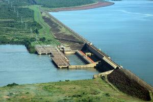 Barragem da Usina Hidrelétrica Ilha Solteira (UHE Ilha Solteira) no rio Paraná na divisa entre Ilha Solteira (SP) e Selvíria (MS)